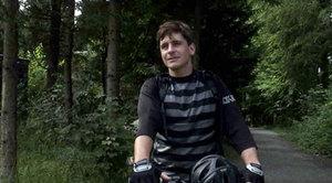 Mountainbiker Reto Jud weiss, dass Sicherheit eine grosse Rolle spielt. Deshalb trägt er eine Limmex Notruf-Uhr.