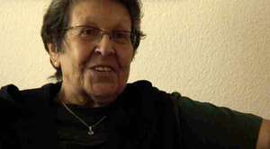 Retraitée Verena Meschberger raconte, comment la montre d'appel d'urgence lui a donné de sécurité.
